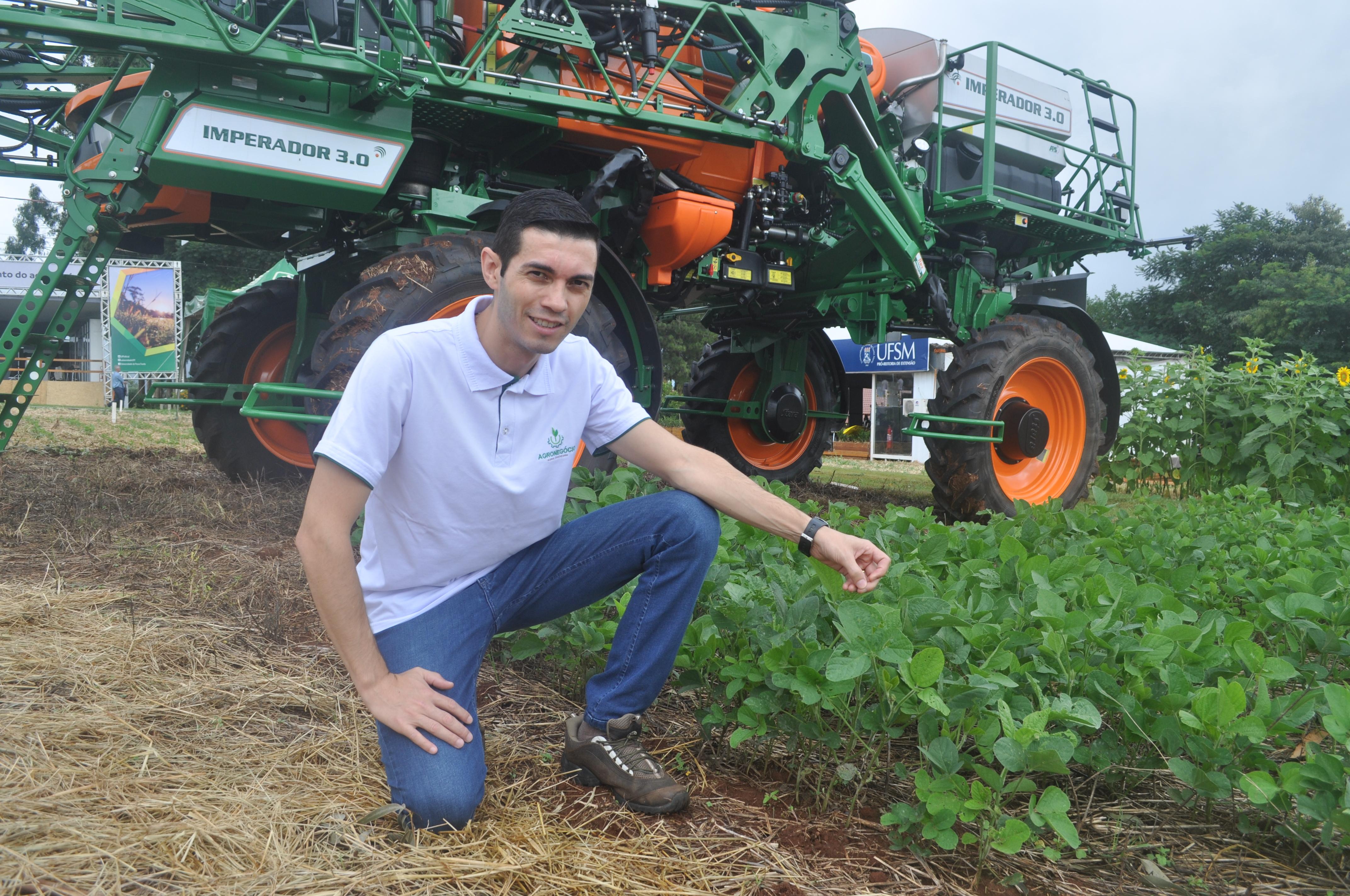 Professor Diogo Moreira expõe o ciclo da soja aos visitantes da feira