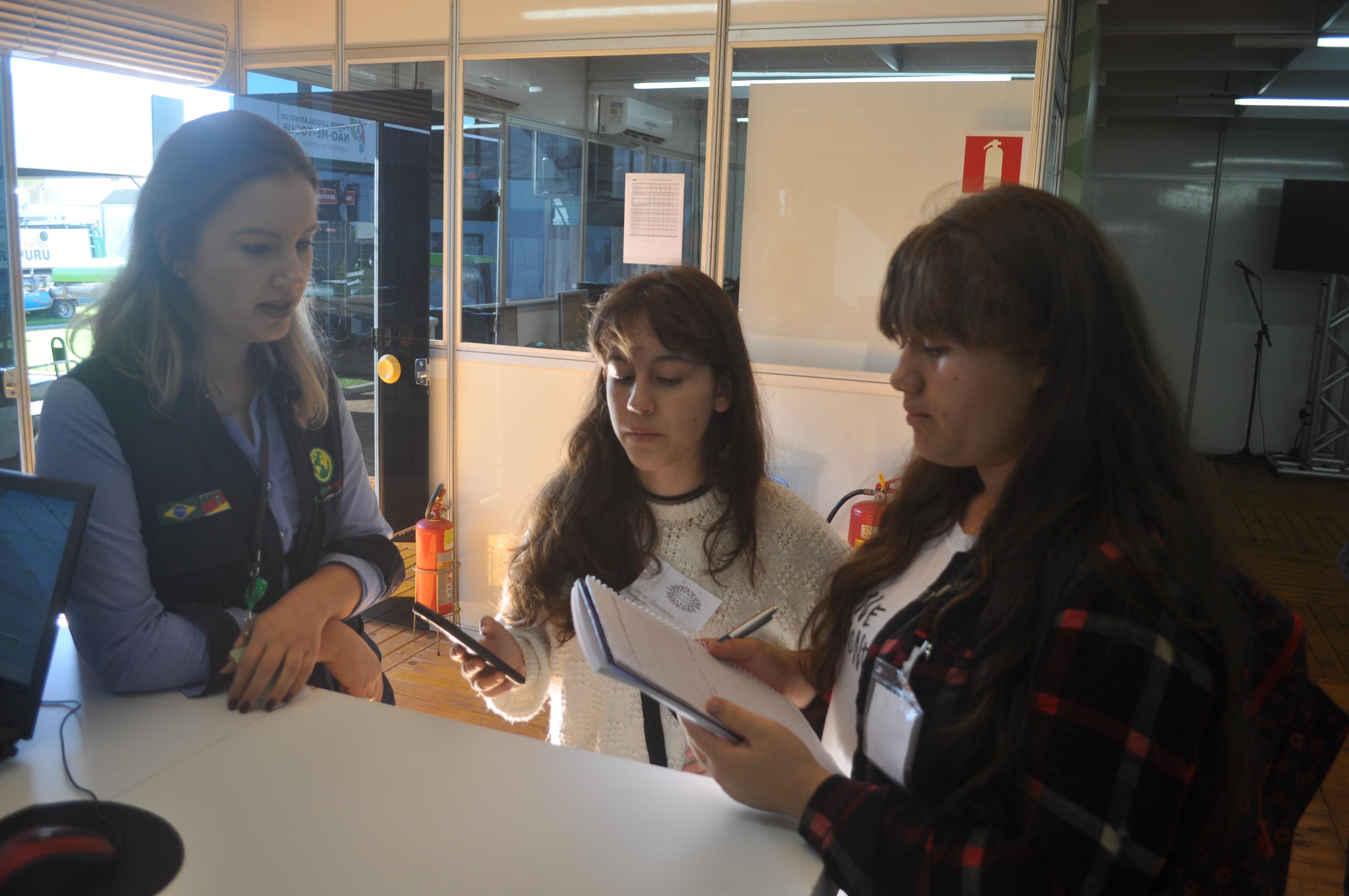 As estudantes Samara Gasparino, 14, e Iris Raíssa (à direita), 13, vieram de Passo Fundo e entrevistaram a jornalista Mayara Dalla Libera