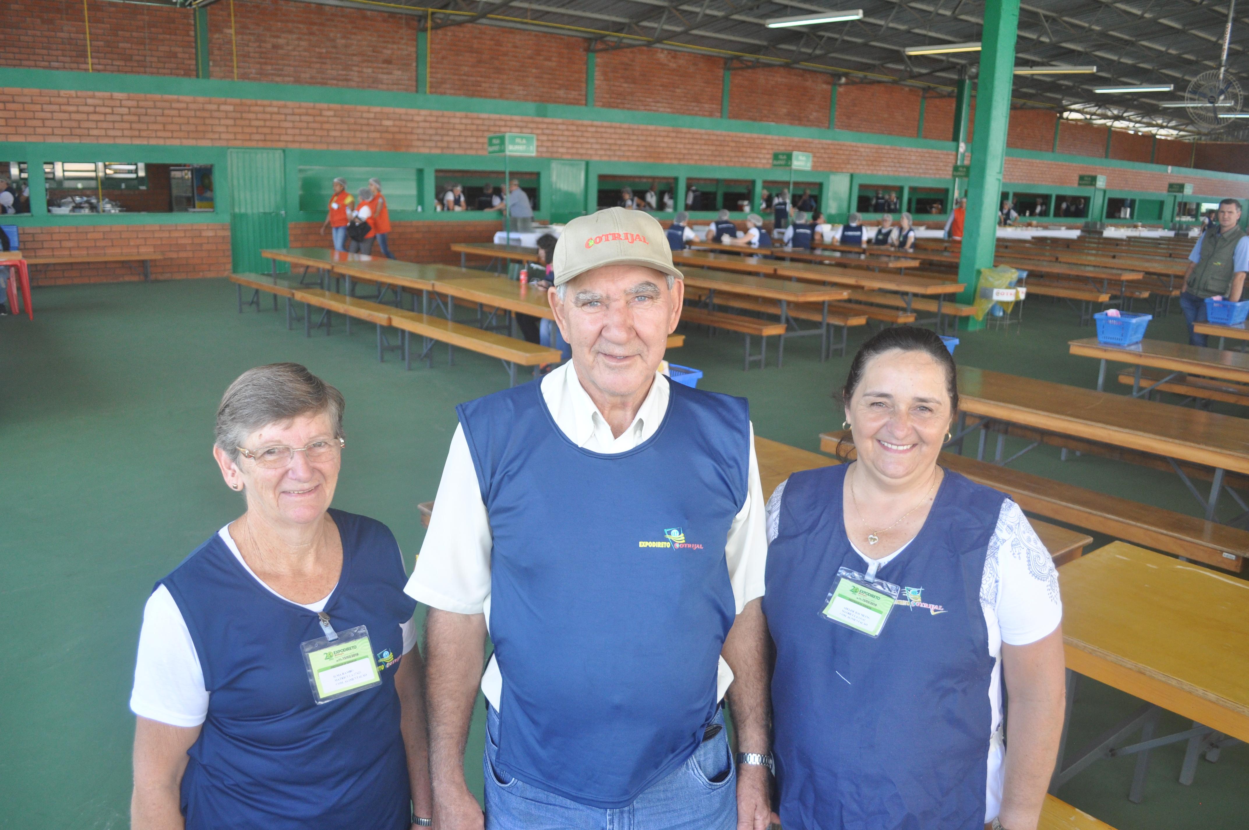 Da esquerda à direita: Ilma Rambo, Décio Kern e Adelise Daumling responsáveis, respectivamente, pelos setores de cozinha, assado e saladas