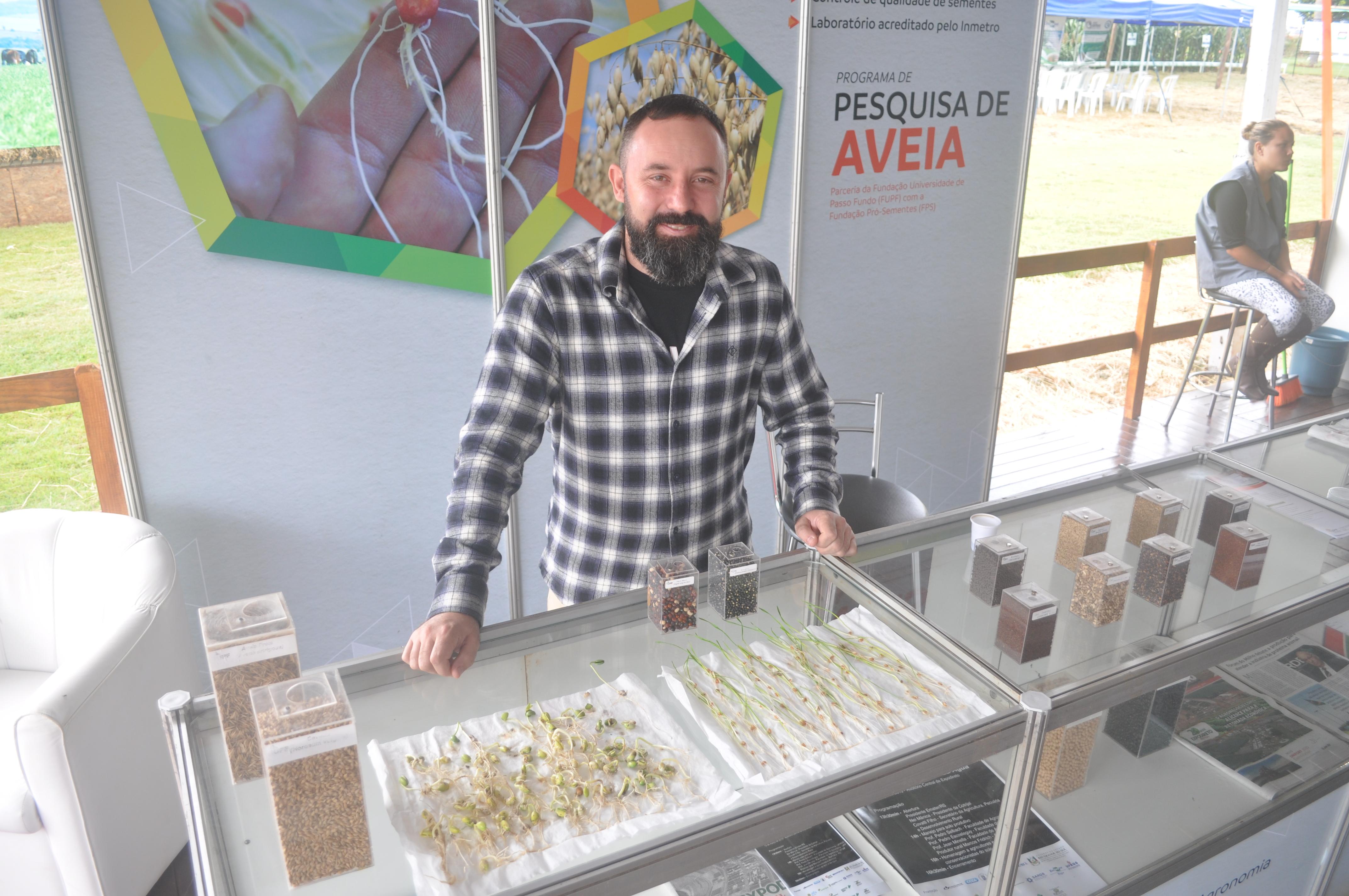 Laboratorista Pablo Fernando Arendt mostra como são feitos os testes de qualidade em sementes
