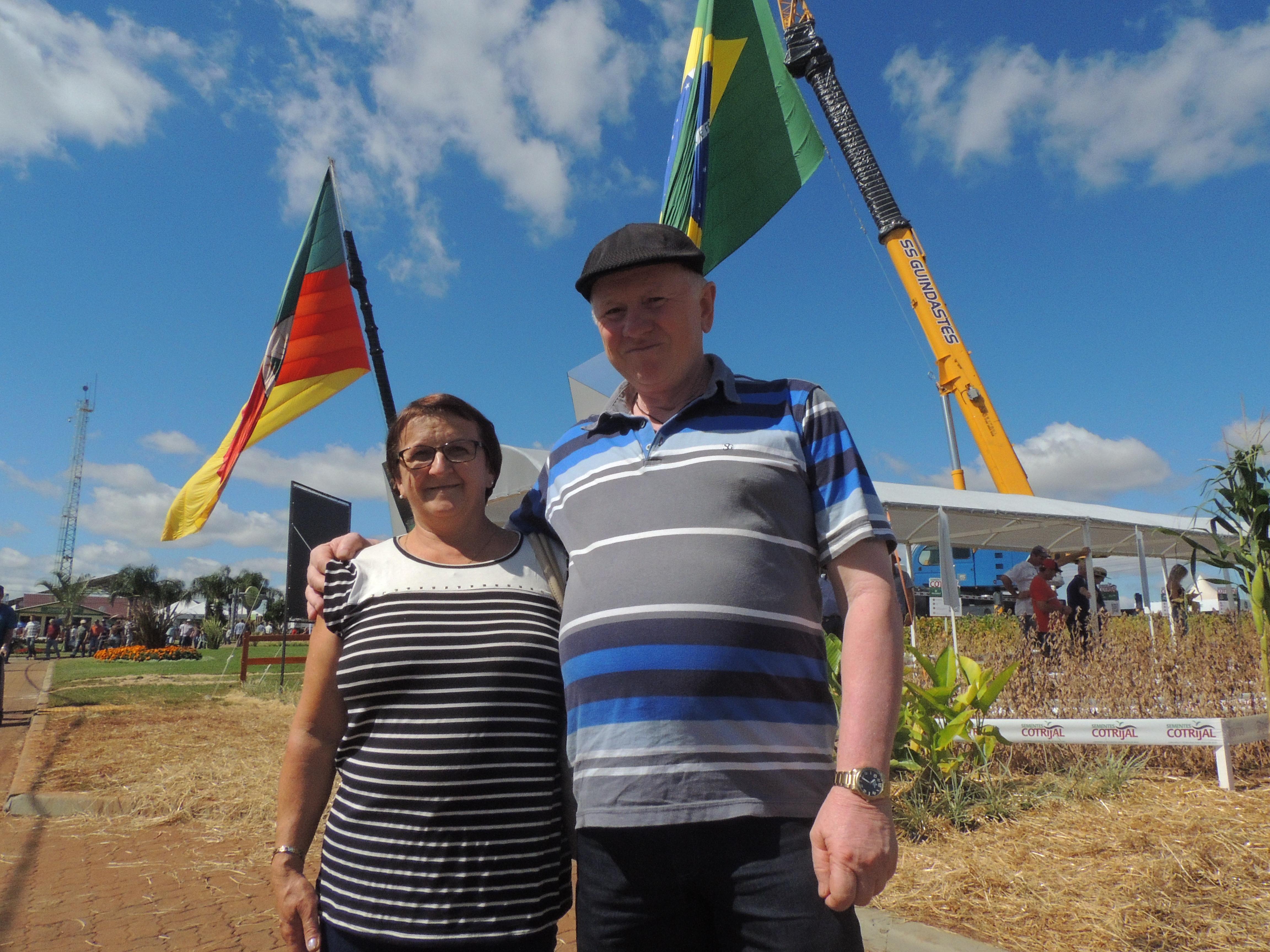 Productores de la Cotrijal, Leo y Neide Slaviero, de Tapejera, buscan información en el área de semillas.