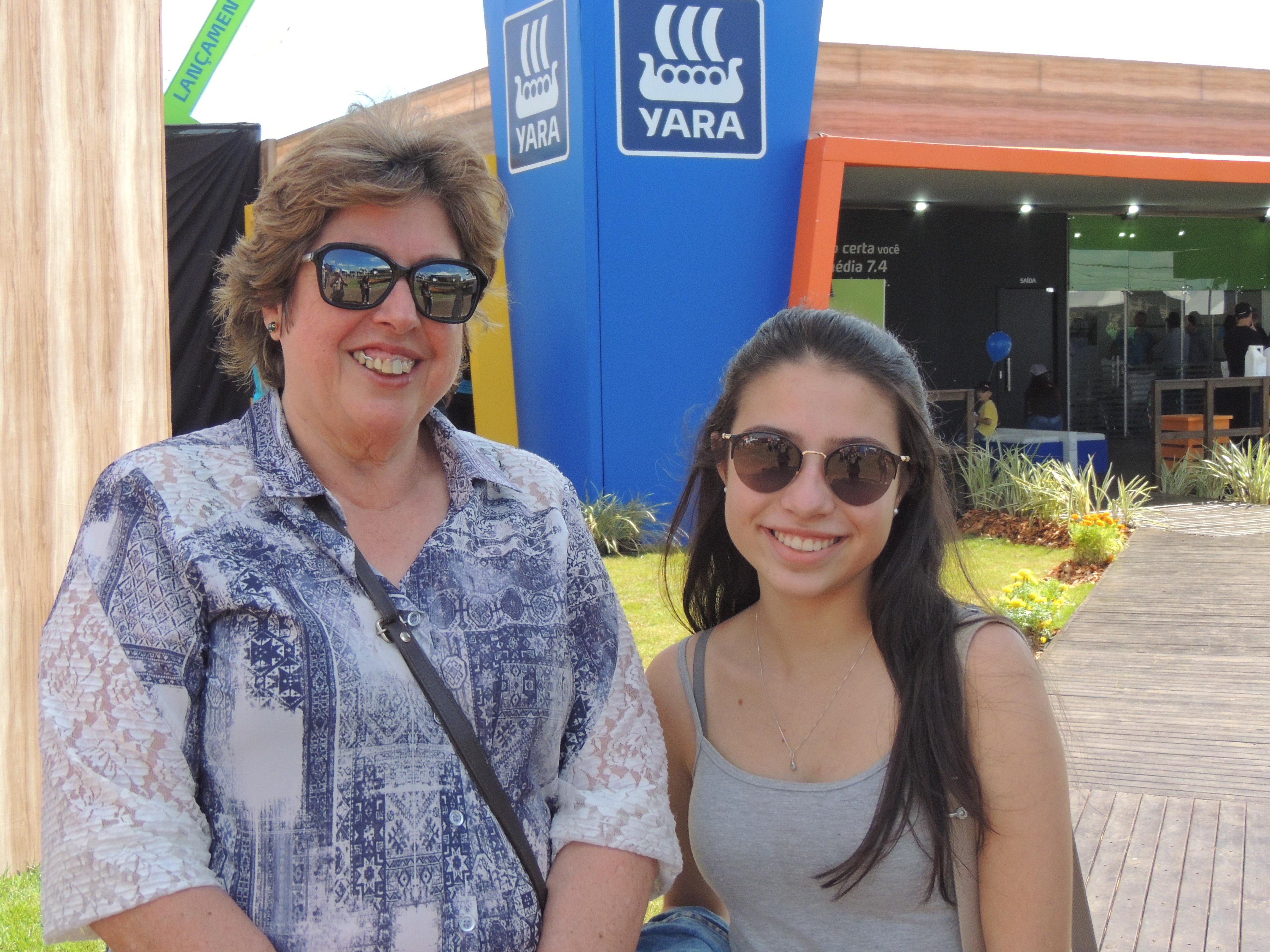 Maria Inácia com a neta Sara: em busca de novidades